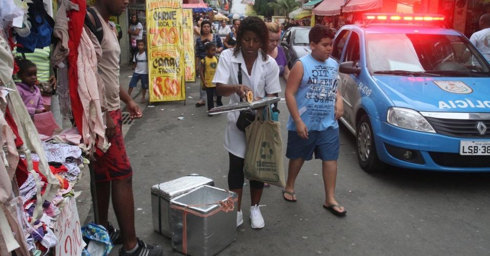 Adriana vende, em média, 300 empadinhas por dia no Alemão. Ela costuma sair para vender os salgados três vezes por semana (14/11/2012)