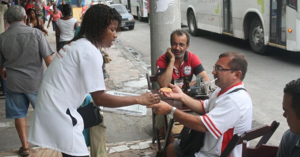 O dono de loja Gilvan do Frete compra uma empadinha de frango com Adriana no Alemão (14/11/2012)