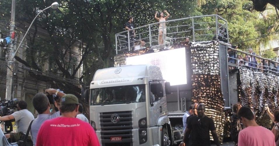 """Em cima do trio elétrico, Marcos Palmeira e Isis Valverde gravam a minissérie """"O Canto da Sereia"""", em Salvador (15/11/12)"""