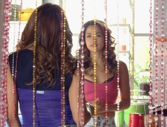"""Em """"Salve Jorge"""", Morena conta para a mãe sobre oportunidade no exterior (16/11/2012)"""