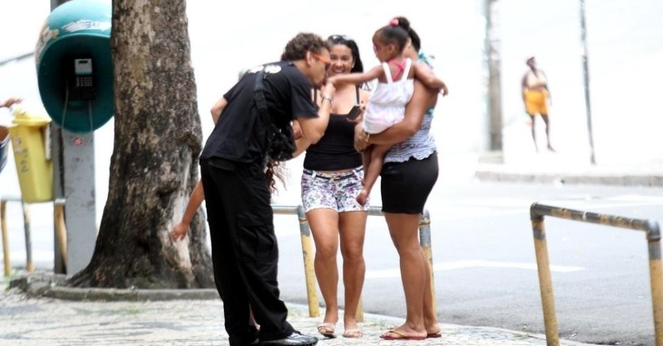 """Fábio Lago atende fãs no caminho para o set de """"Canto da Sereia, em Salvador (15/11/12)"""
