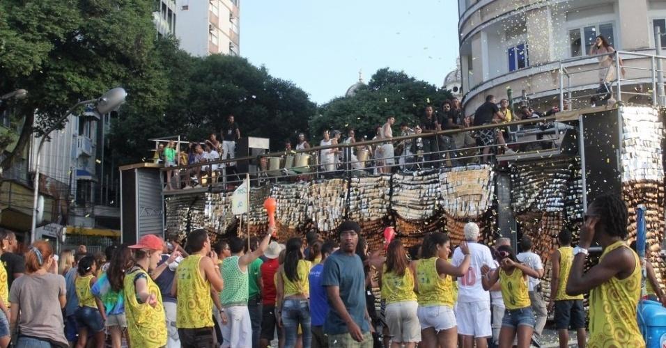 """Figurantes dançam ao redor do trio elétrico, durante gravação da minissérie """"O Canto da Sereia"""", em Salvador (15/11/12)"""