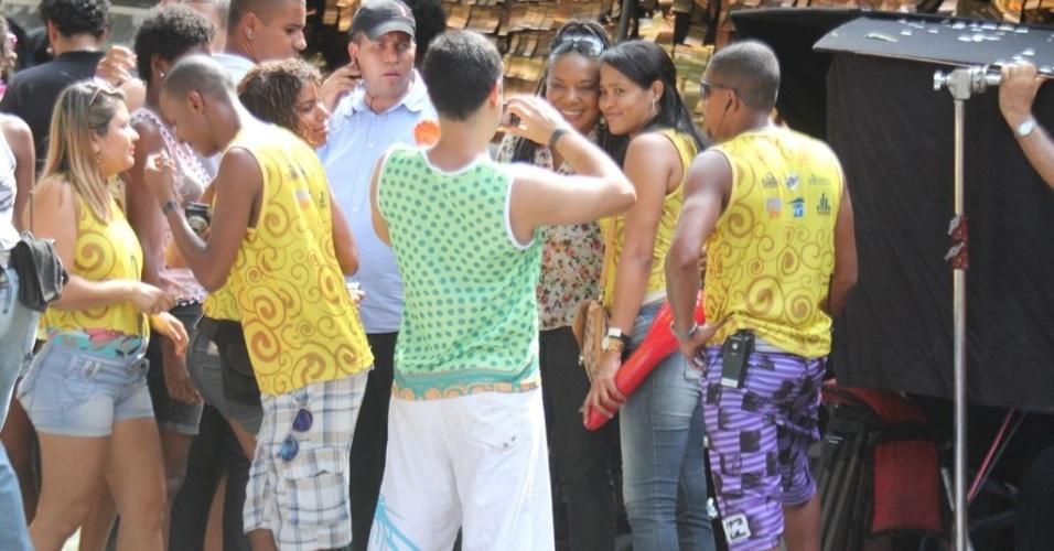 """Margareth Menezes atende fãs no set da série """"Canto da Sereia"""", em Salvador (15/11/12)"""