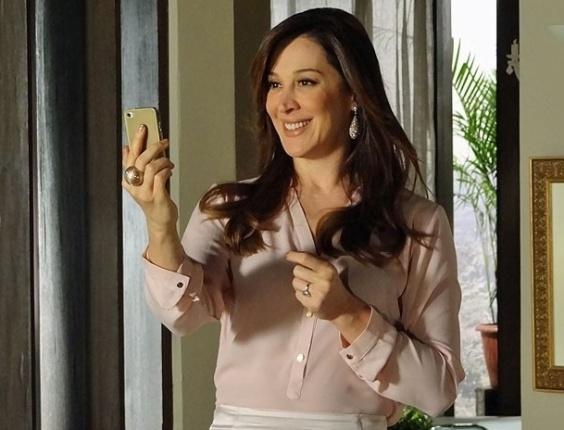 """Em """"Salve Jorge"""", Lívia recebe foto de Morena e bate o martelo na seleção"""