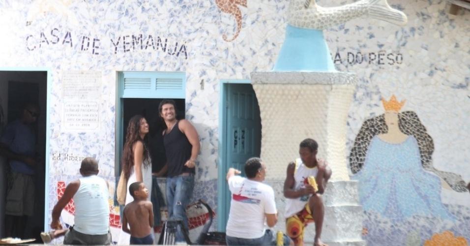 """Os atores Isis Valverde e Gabriel Braga Nunes gravaram cenas da minissérie """"O Canto da Sereia"""" na casa de Iemanjá no Rio Vermelho em Salvador, na Bahia (17/11/12)"""