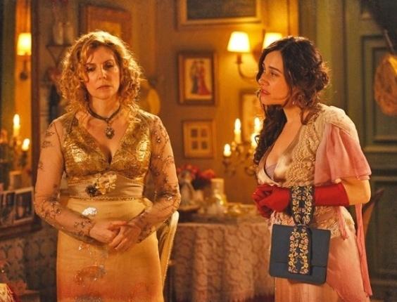 """Em """"Lado a Lado"""", Catarina chantageia Diva para conseguir cantar no Teatro Alheira"""