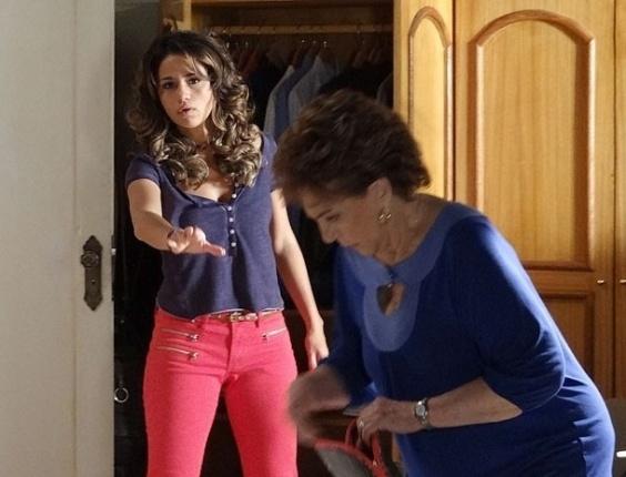 """Em """"Salve Jorge"""", Áurea reclama da bagunça de Morena no quarto (20/11/2012)"""