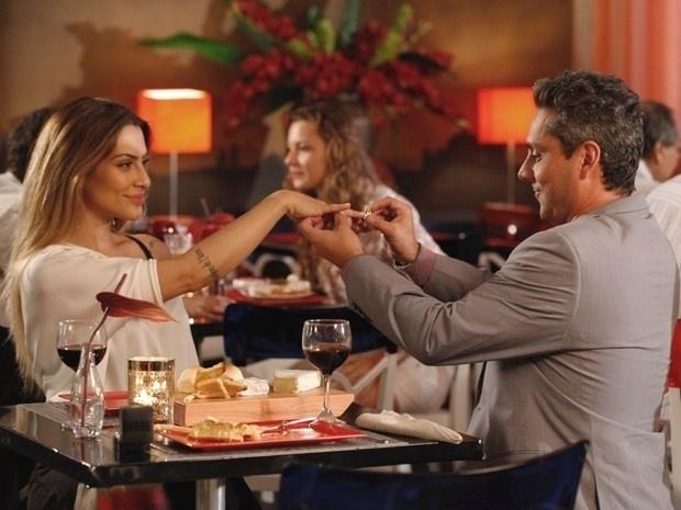 """Em """"Salve Jorge"""", Bianca aceita o pedido de casamento de Stenio (20/11/12)"""