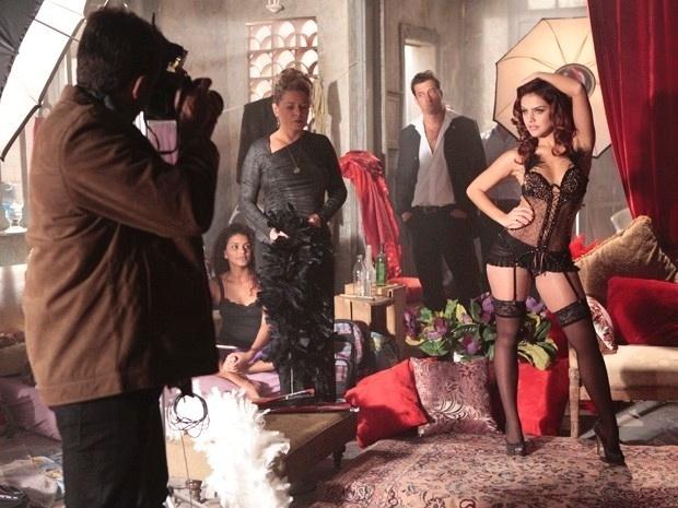 """Em """"Salve Jorge"""", Lívia obriga Jéssica e Rosângela a participarem de um ensaio sensual (22/11/12)"""