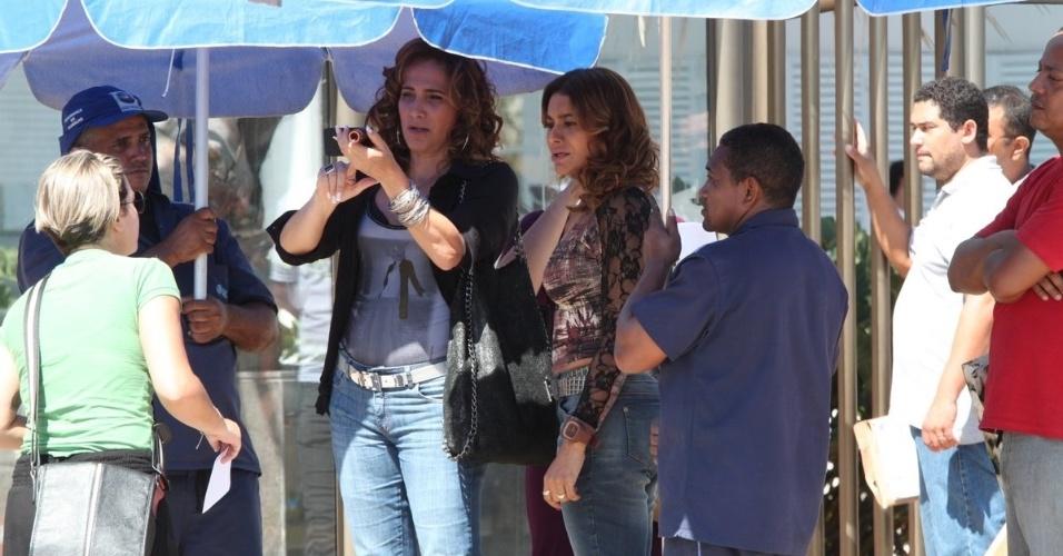 """Totia Meirelles e Dira Paes gravam cenas de """"Salve Jorge"""" na Barra da Tijuca (22/11/12)"""