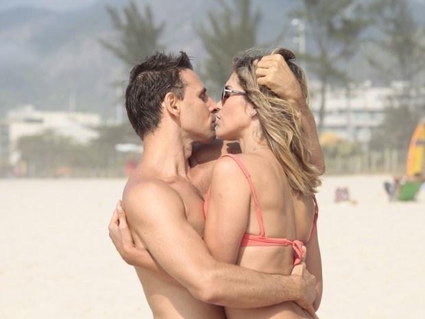 """Em """"Salve Jorge"""", Érica beija Élcio na frente de Théo (23/11/12)"""