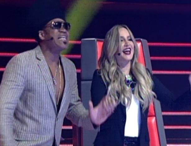 """Carlinhos Brown e Claudia Leitte dançam na apresentação de Dani Morais na terceira semifinal do """"The Voice Brasil"""" (25/11/12)"""