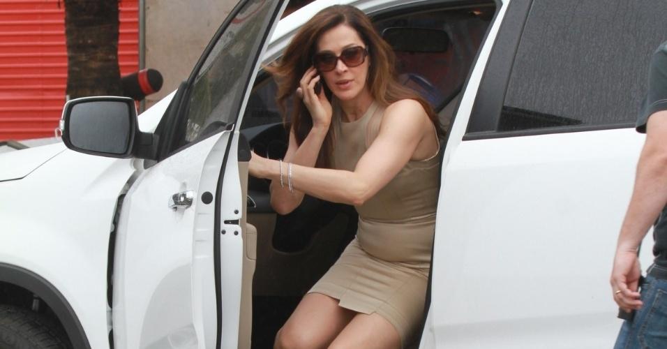 "Claudia Raia grava cena de ""Salve Jorge"" dentro de carro na orla da praia da Barra da Tijuca (25/11/12)"