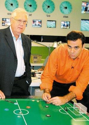 """Mai.2004 - Joelmir Beting e Mauro Beting, pai e filho, posam juntos durante gravação do piloto """"Beting & Beting"""", program esportivo produzido pela Band Sports"""