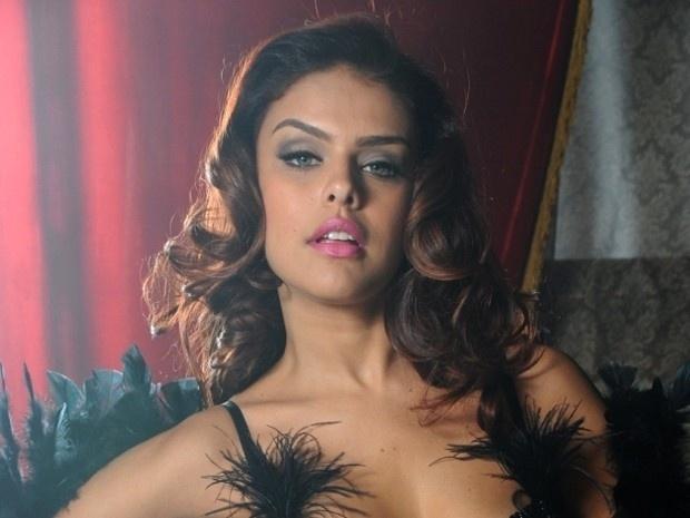 """Rosângela faz ensaio sensual a mando de Lívia em """"Salve Jorge"""" (2012)"""