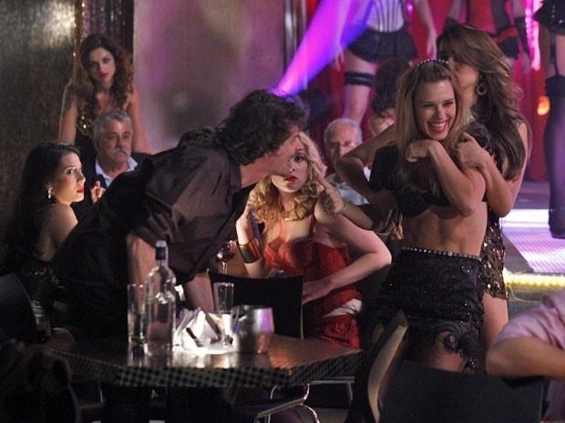 """Em """"Salve Jorge"""", para fugir de programa em Istambul, Jéssica fica bêbada (27/11/12)"""