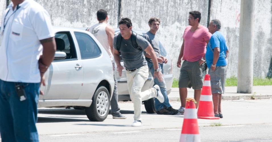 Em ?Salve Jorge?, Théo tenta impedir Morena de ir para Turquia (22/11/12)