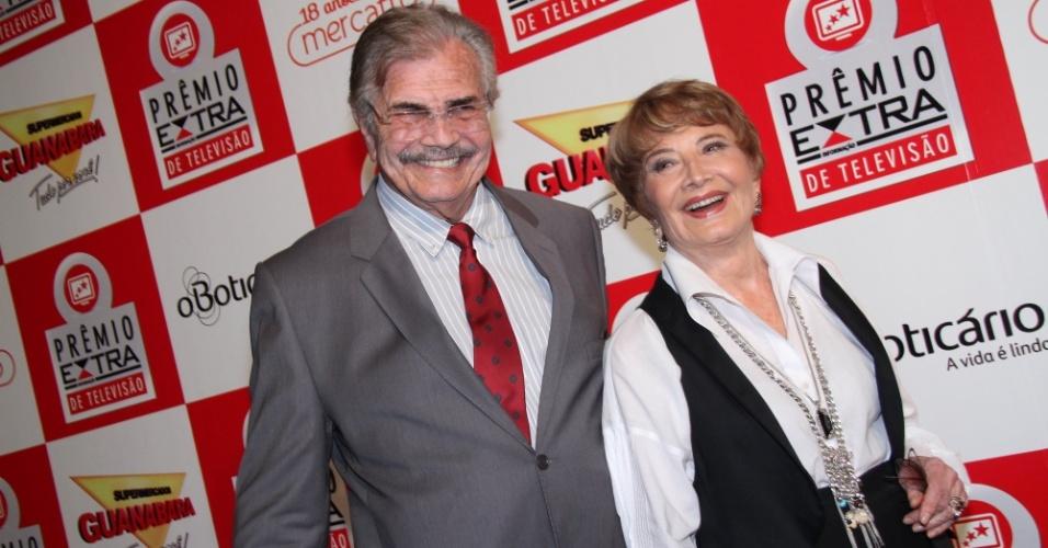 O casal de atores Tarcísio Meira e Glória Menezes posa sorridentes no Prêmio Extra de Televisão, a dupla foi homenageada no evento 27.nov.2012