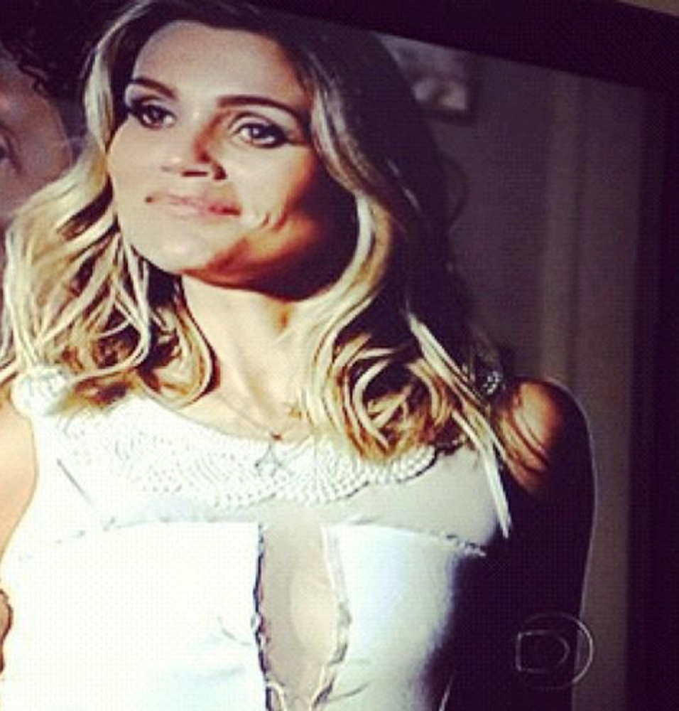 O vestido branco, transparente na frente, usado pela personagem Érica (Flávia Alessandra), é um dos mais pedidos pelos telespectadores