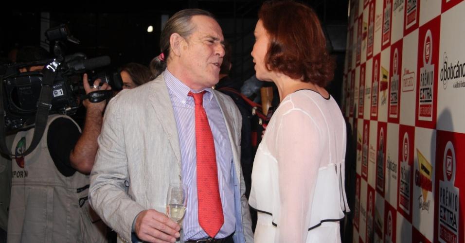 Zé de Abreu e Julia Lemmertz conversam no tapete vermelho do Prêmio Extra de Televisão 27.nov.2012