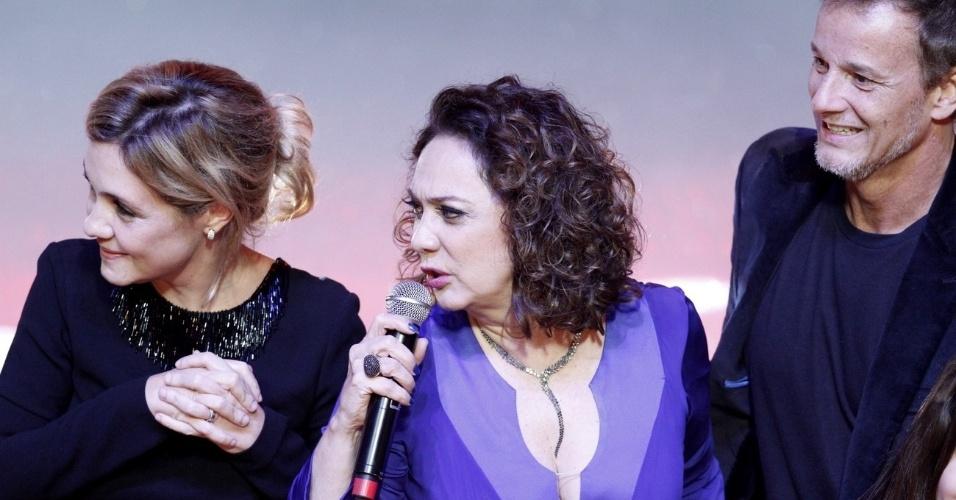 Adriana Esteves, Eliane Giardini e Marcelo Novaes agradecem o prêmio de melhor novela no Prêmio Extra de Televisão, que aconteceu no Vivo Rio, no Rio de Janeiro 27.nov.2012