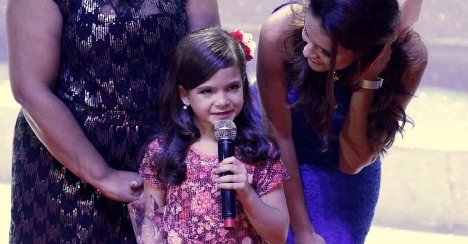 """Mel Maia, que interpretou a personagem Rita, em """"Avenida Brasil"""", recebe o prêmio revelação infantil no Prêmio Extra de Televisão, no Rio de Janeiro 27.nov.2012"""