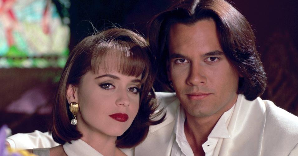 Paola (Gabriela Spanic) é casada com Carlos Daniel (Fernando Colunga), mas tem um caso com Luciano (Mario Cimarro), que aparece na foto