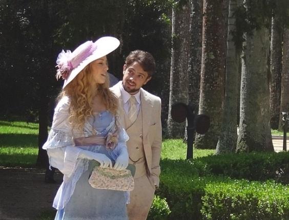 """Em """"Lado a Lado"""", Albertinho leva Esther para passear e Margarida segura vela"""