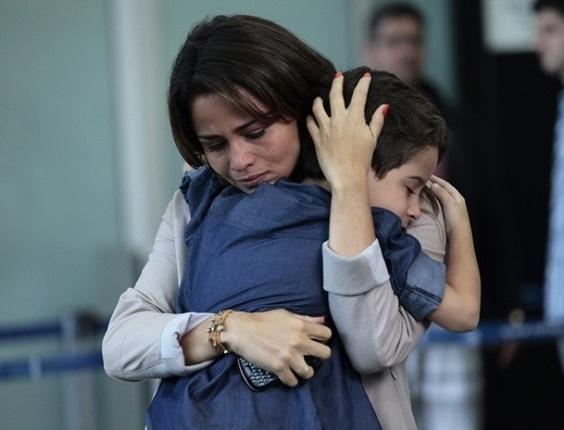 """Em """"Salve Jorge"""", Théo fura segurança de aeroporto, mas não consegue impedir a viagem de Morena"""