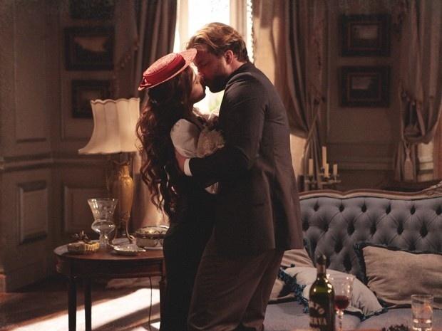 """Em """"Lado a Lado"""", Laura e Edgar batem-boca e terminam a discussão com um beijo"""