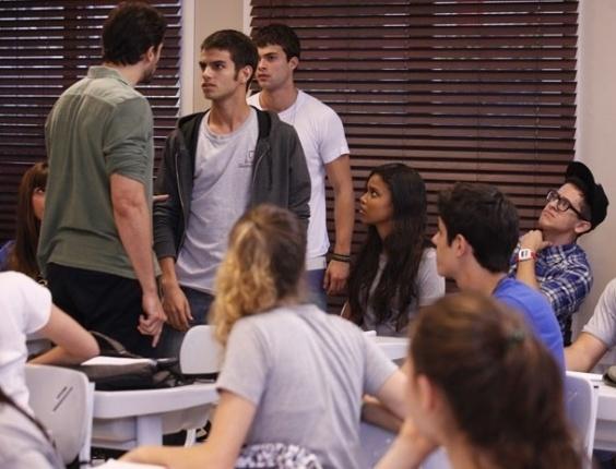 """Em """"Malhação"""", Cezar e Gil batem boca por Marcela e professor expulsa aluno de sala"""