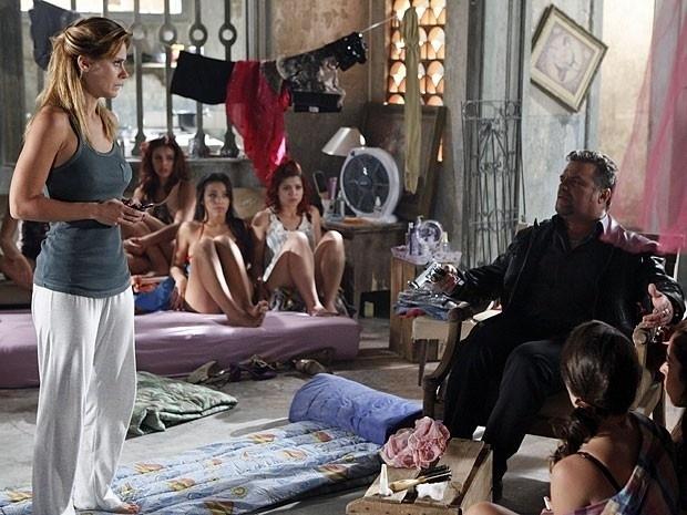 """Em """"Salve Jorge"""", sob investigação da polícia, Lívia ordena que Jéssica ligue para sua casa (30/11/12)"""