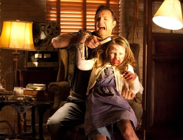 "(2012) Cena do episódio ""Say The World"", quinto da terceira temproada de ""The Walking Dead"" mostra o Governador (David Morrissey) com sua filha zumbificada, Penny (Kylie Szymanski)"