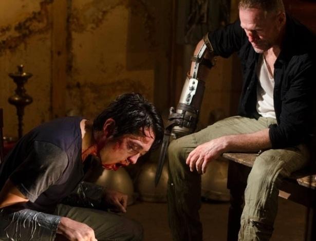 """(2012) Cena do sétimo episódio da terceira temporada de """"The Walking Dead"""" mostra Glenn (Steven Yeun) sendo torturado por Merle (Michael Rooker)"""