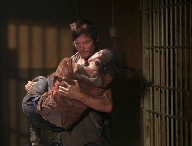 """(2012) Em """"Hounded"""", sexto episódio da terceira temporada de """"The Walking Dead"""", Daryl (Norman Reedus) resgata Carol (Melissa McBride) após ela se trancar na solitária da cadeia para se salvar da invasão zumbi"""