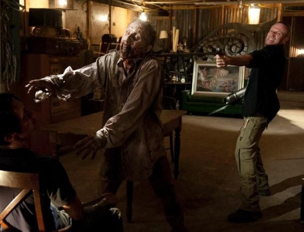 """(2012) Em  """"When the Dead Come"""", sétimo episódio de """"The Walking Dead"""", Merle (Michael Rooker) usa um zumbi para tentar descobrir de Glenn (Steven Yeun) onde fica a prisão em que seu irmão Daryl (Norman Reedus) está escondido"""