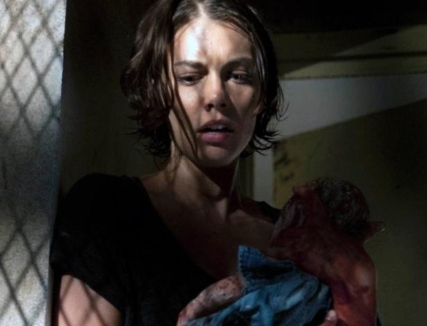 """(2012) Maggie (Lauren Cohan) segura o bebê de Lori (Sarah Wayne Callies) em cena do quarto episódio da terceira temporada de """"The Walking Dead"""""""