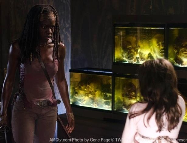"""(2012) Michonne (Danai Gurira) encontra Penny (Kylie Szymanski), a filha zumbificada do Governador (David Morrissey) em cena do oitavo episódio da terceira temporada de """"The Walking Dead"""""""
