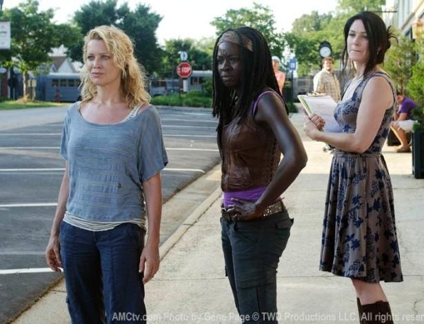 """(2012) No terceiro epísódio da terceira temporade de """"The Walking Dead"""", Andrea (Laurie Holden) e Michonne (Danai Gurira) conhecem Woodbury, uma pequena cidade de 75 pessoas construída em meio ao apocalipse zumbi e governada pelo Governador (David Morrissey)"""