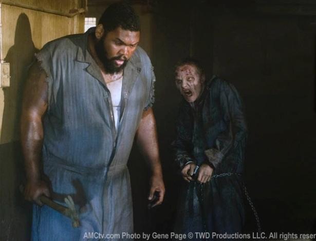 """(2012) Zumbi aterroriza um dos detentos sobreviventes no episódio """"Sick"""", segundo da terceira temporade de """"The Walking Dead"""""""
