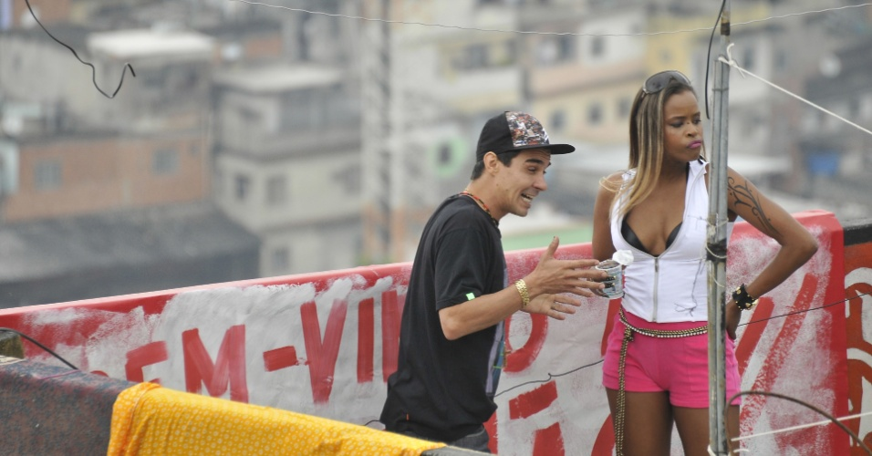 """4.dez.2012: Os atores André Gonçalves e Roberta Rodrigues gravam cenas de """"Salve Jorge"""" no Complexo do Alemão, no Rio. Miro vai levar alguns turistas para conhecer o morro e Vanubia os ensinará a dançar funk"""