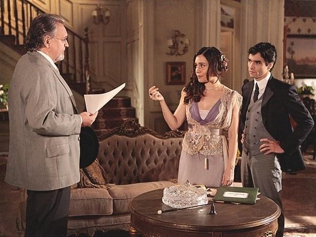 """Em """"Lado a Lado"""", Catarina divulga a notícia do divórcio de Laura e Edgar no jornal (4/12/12)"""