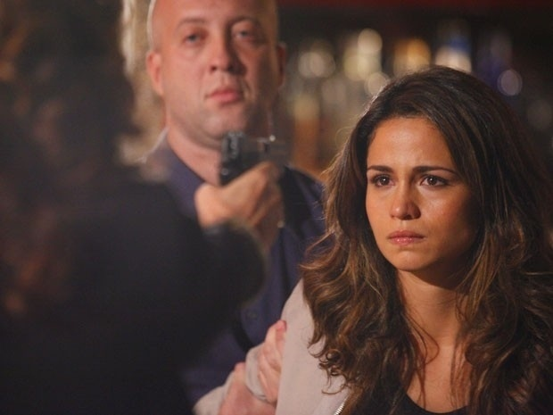 """Em """"Salve Jorge"""", Wanda ameaça matar Morena e a jovem pede para vilã atirar (5/12/12)"""