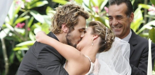 6.dez.2012: Juliana Silveira e Bruno Ferrari gravam cena de casamento de