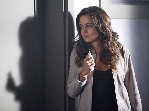 """Em """"Salve Jorge"""", Irina entrega a chave da boate para Morena (7/12/12)"""