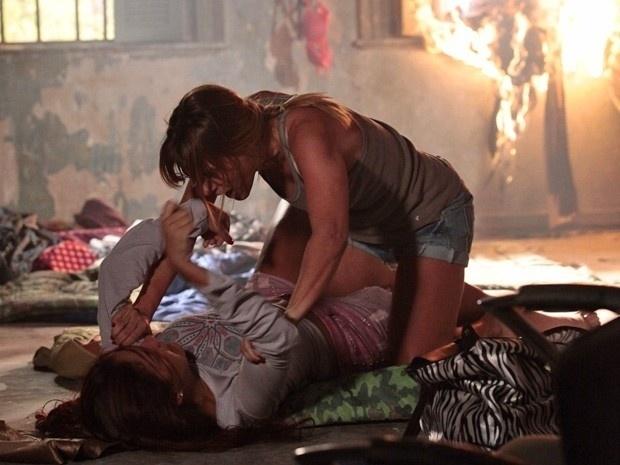 """Em """"Salve Jorge"""", Jéssica coloca fogo no apartamento das traficadas e briga com Rosângela (7/12/12)"""