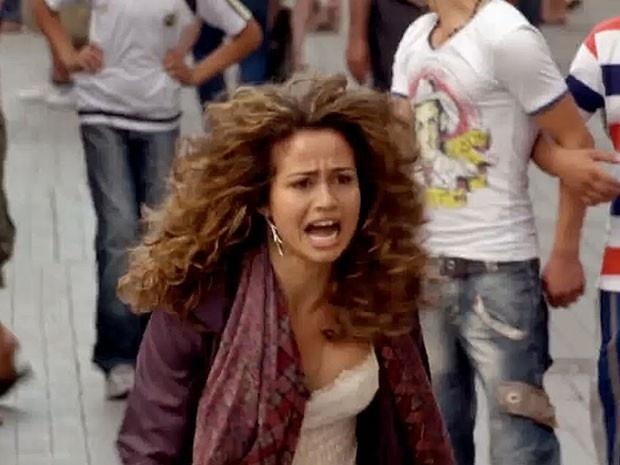 """Em """"Salve Jorge"""", depois de ser leiloada, Morena agride comprador e foge (2012)"""