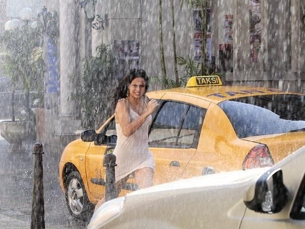 """Em """"Salve Jorge"""", Russo encontra Morena nas ruas de Istambul e ameaça matar o filho da jovem"""