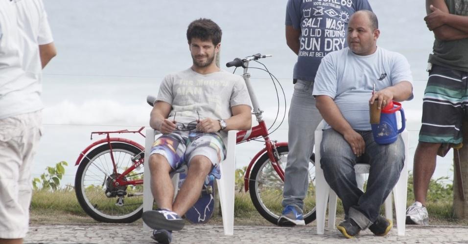 """13.dez.2012: O ator Duda Nagle grava cenas da novela """"Salve Jorge"""" na orla da praia, no Rio de Janeiro. Na trama, ele interpreta o garoto Caíque"""
