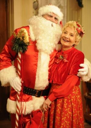 18.dez.2012 - Tarcício Meira como Papai Noel contracenando com Glória Menezes, sua mulher